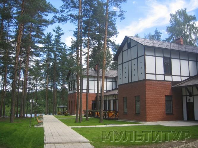 В чудесном сосновом лесу, на берегу красивого озера, в Ленинградской области расположилась база отдыха Аврора.