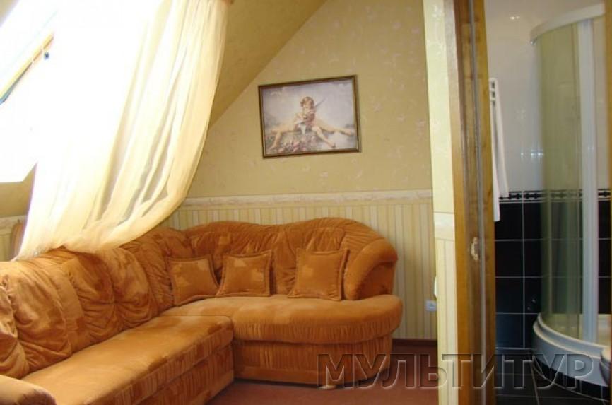 Есть мебель, 1 комната пустая, в зале мягкий уголок, кресло, стол журнальный, телевизор, DVD, диван, шкафчик