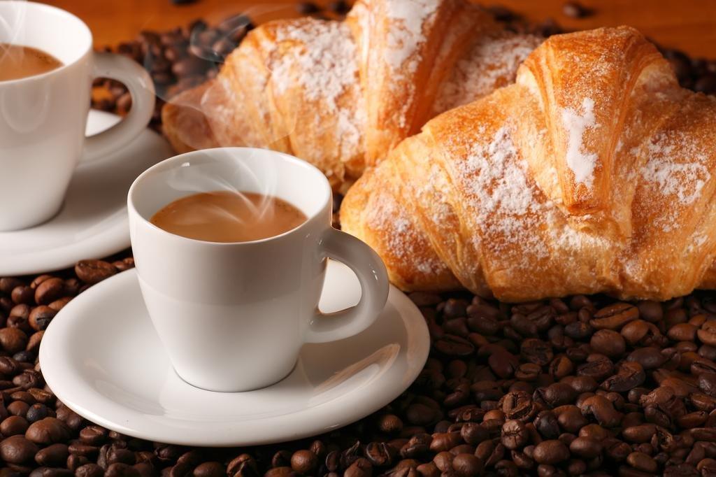 фото кофе с круассанами время
